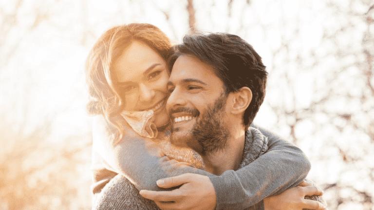 couple tendresse heureux en couple